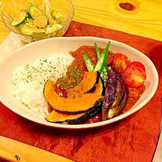 トマトチキンカレーに野菜たっぷり! レタスときゅうりのサラダ! 日曜日晩ご飯です(^ν^) - 85件のもぐもぐ - トマトチキンカレーで日曜日晩ご飯(^ν^) by SONOME13