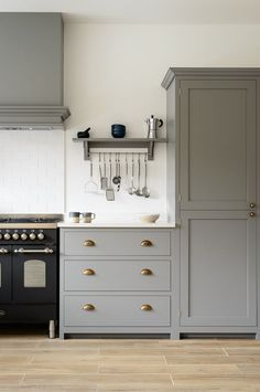 porcelain flooring Beautiful deVOL Shaker cabinets painted in Lead, classic brass door furniture, a lovely black Britannia range cooker and beautiful Aged Oak Porcelain flooring by our sister company floorsofstone Kitchen Furniture, Kitchen Interior, Kitchen Decor, Kitchen Chairs, Devol Kitchens, Home Kitchens, Black Kitchens, Minimalism Living, Grey Shaker Kitchen