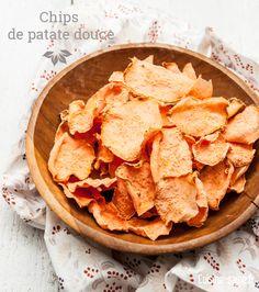 Pour 4 personnes Temps de préparation : 15 min Temps de cuisson : 4 heures Imprimer la recette paléo Ingrédients 2 patates douces 1 cc de sel 1 cc de paprika (facultatif) 3 CS d'huile d'olive 1.Epluchez les patates douces, passez-les sous l'eau et séchez-les bien. 2.A l'aide d'une mandoline, faites des tranches fines d'environ 2 mm. 3.Déposez-les dans un sachet plastique (type sachet congélation). Ajoutez le sel, le paprika si vous aimez ça et l'huile d'olive. 4.Fermez le sachet et…
