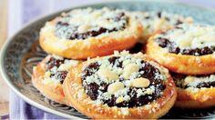 V českých a moravských zemích byly koláče, sladká jídla a moučníky vždy oblíbené. A i když se snažíme přiklánět ke zdravější stravě, na sladkou tečku v žádném případě nezapomínáme ani dnes... Czech Recipes, Ethnic Recipes, Czech Desserts, Happy Foods, Sweet And Salty, Sweet Recipes, Bakery, Muffin, Food And Drink