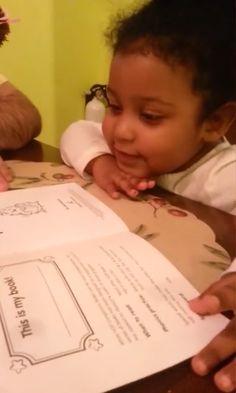 A garotinha Daliyah Marie Arana lendo o primeiro livro. A mãe de Daliyah contava histórias à criança antes mesmo dela nascer, enquanto ainda estava na barriga. Depois, ainda bebê, ouvia o irmão mais velho lendo pela casa. Muito cedo a pequena se interessou pelo assunto. Com um ano e meio já identificava palavras e aos dois anos e 11 meses leu seu primeiro livro sozinha. Antes, já tinha lido muito com a ajuda de sua mãe. Esta diz que a filha já devorou a impressionante quantidade de mil…