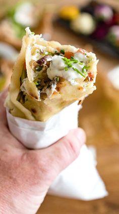 Wraps mit Karotte, Lauch, Sellerie, Champignons, Schafskäse, Streifen vom Rumpsteak und einer Knoblauch-Schnittlauch-Sauce