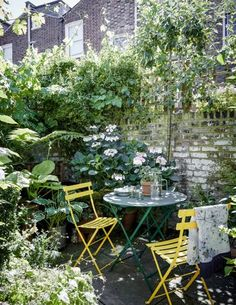 Artist and maker Bridie Hall's north London house - - Artist and maker Bridie Hall's north London house garden Artist Bridie Halls Victorian house in north London Small Courtyard Gardens, Small Courtyards, Courtyard Ideas, Cottage Garden Patio, Cottage Gardens, Small Cottage Garden Ideas, House With Garden, Small Garden Inspiration, House Gardens