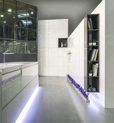 Cocina Crystal del showroom de TPC Llobregat en Sant Boi. Divider, Bathtub, Crystal, Bathroom, Furniture, Home Decor, Kitchen Units, Kitchens, Bath Room