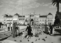 Plaza de Mayo , Noviembre de  1957   ( Mario De Biasi/Mondadori Portfolio / Getty Images) Mario, Louvre, Country, Building, Travel, Beautiful, Retro, Vintage, Antique Photos