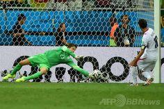 サッカーW杯ブラジル大会(2014 World Cup)準々決勝、オランダ対コスタリカ。PK戦でシュートをセーブするオランダのGKティム・クルル(Tim Krul、2014年7月5日撮影)。(c)AFP/RONALDO SCHEMIDT ▼6Jul2014AFP|オランダ、PK戦の末にコスタリカ下し準決勝進出 http://www.afpbb.com/articles/-/3019758 #Brazil2014 #Netherlands_Costa_Rica_quarterfinal