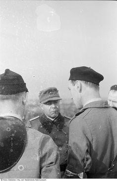 Leden van Linie Oost van de NBS praten met enkele Duitse officieren tijdens de machtsovername van Schiphol (mei 1945)