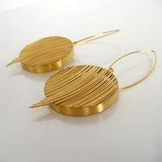Eleganckie i oryginalne kolczyki ze srebra o próbie 925 złoconego.   Długość całkowita kolczyka około: 70mm.