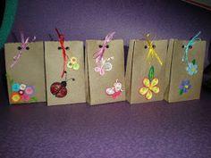 Libretas de colores: UN ENVOLTORIO ORIGINAL Craft Gifts, Diy Gifts, Diy Paper, Paper Crafts, Kraft Bag, Tissue Paper Flowers, Paper Gift Bags, Diy Presents, Quilling Patterns
