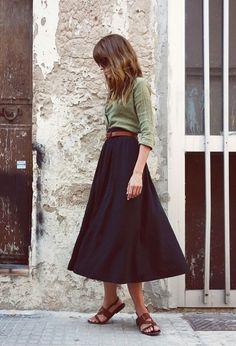 la jupe trapèze noire, jupe mi-longue noire, femme, mode