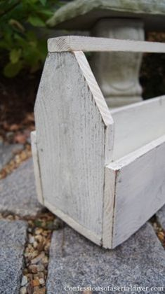 How to build a vintage inspired wooden toolbox. This is from old fence pickets. #smallwoodcrafts Wood Tool Box, Wooden Tool Boxes, Wood Tools, Woodworking Workbench, Woodworking Furniture, Woodworking Crafts, Furniture Plans, Woodworking Shop, Woodworking Beginner