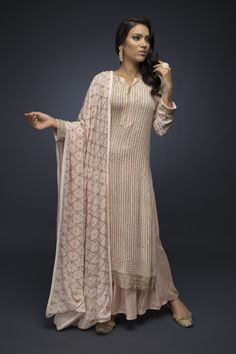 Looks to get Hook Of - AwesomeLifestyleFashion As glitter as it could be What a glamorous and beautiful look for a co. Pakistani Dress Design, Pakistani Outfits, Indian Outfits, Indian Designer Suits, Kurti Designs Party Wear, Party Wear Dresses, Indian Attire, Indian Dresses, Salwar Kameez