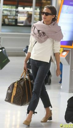 Michael Fassbender & Alicia Vikander Spotted at Airport Ahead of Possible Wedding!: Photo Michael Fassbender is all smiles as he and Alicia Vikander make their way through the Charles de Gaulle Airport on Tuesday afternoon (October in Roissy, France. Jeans Et T-shirt, T Shirt And Jeans, Jean Shirts, Hem Jeans, Edgy Outfits, Mode Outfits, Fashion Outfits, Casual Chique, Style Casual
