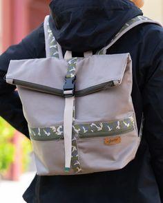 Ce sac à dos est idéal pour vous balader en gardant les mains libres. Pratique par sa grande contenance, il peut etre utiliser pour les affaires scolaires ou autre en toute sécurité grace à sa fermeture zippée et sa sangle clipsée.