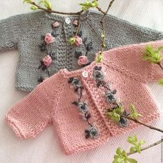 Baby Knitting Patterns Sweter Clothes for handmade dolls. Knitted Baby Cardigan, Knit Baby Sweaters, Knitted Baby Clothes, Crochet Doll Clothes, Knitted Dolls, Baby Knitting Patterns, Baby Dress Patterns, Knitting For Kids, Hand Knitting