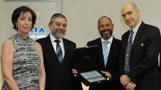 Como recuerdo de su visita regalan libro de poesía en Yiddish a Obama en Buenos Aires, (En Yiddish) - http://diariojudio.com/noticias/como-recuerdo-de-su-visita-regalan-libro-de-poesia-en-yiddish-a-obama-en-buenos-aires-en-yiddish/168801/