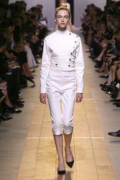 / Spring-Summer 2017 Ready-to-Wear Show / Ready-to-wear / Woman / Dior official website High Fashion Models, Fashion Show, Dior, Retro Mode, Classy And Fabulous, Runway Models, Silhouettes, New Look, White Jeans