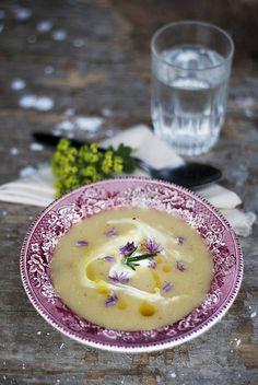 Potatis & palsternacksoppa med chevrecrème och gräslöksblommor
