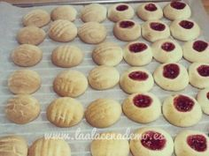 GALLETAS DE LECHE CONDENSADA CON MAIZENA 120 g de mantequilla a temperatura ambiente 40 g de azúcar 200 g de leche condensada 1 yema de huevo 350 g de maicena Mermelada de frambuesas (opcional) Easy Cookie Recipes, Mexican Food Recipes, Baking Recipes, Dessert Recipes, Desserts, Mexican Sweet Breads, Pan Dulce, Icing Recipe, Cookies And Cream