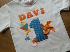 Deixe a festa de seu filho mais charmosa com a camiseta personalizada com o tema da festa, nome e idade do aniversariante. <br>diversos temas <br>Camisetas 100% algod�o de excelente qualidade <br>Tamanhos 01 ao 10 <br>Diversas op��es de estampas e cores. <br> <br>SOLICITE INFORMA��ES PARA TAMANHOS ADULTO....A FAMILIA TODA FICAR� LINDA !!!!!! <br> <br>Camiseta adulto R$ 70,00 ( tradicional ou babylook) Teacher Birthday Gifts, Birthday Shirts, Kite Party, Pinwheel Cake, Pinwheels, Event Decor, Diy And Crafts, Balloons, Baby Boy