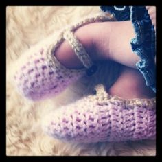 ADORABLE & Easy Free Toddler Mary Jane Slipper Pattern - from LooksLikeHomemade.com