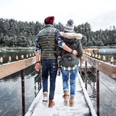 J's Everyday Fashion provides outfit ideas, budget fashion, shopping on a budget, personal style inspiration, and tips on what to wear. Winter Outfits, Cold Weather Outfits, Holiday Outfits, Weekender, Mountain Fashion, Outdoor Couple, Snow Outfit, Winter Stil, Engagement Photo Inspiration