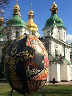 В Софии Киевской начали появляться первые пасхальные яйца-гиганты.