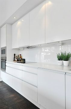 Gorgeous White Kitchen Design and Decor Ideas - Page 10 of 53 White Kitchen Interior, White Wood Kitchens, White Kitchen Decor, Modern Kitchen Cabinets, Kitchen Cabinet Design, Home Decor Kitchen, Rustic Kitchen, Interior Design Kitchen, Kitchen Modern