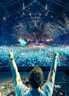 I think this picture is spectacular because I realy like hardwell's music and a lot of people go see him doing great music!