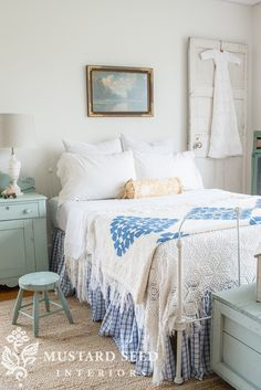 miss mustard seed | how to make a ruffled bed skirt | miss mustard seed put together an easy step by step tutorial on how to sew a ruffled bed skirt. She also included a no sew option!