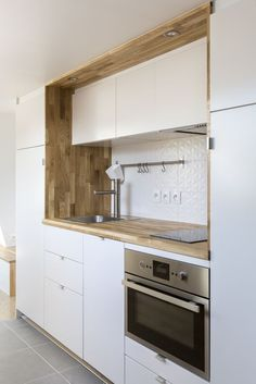 Contemporain Cuisine by mon concept habitation - Marie Andrian - Bright Kitchens, Home Kitchens, Kitchen Furniture, Kitchen Decor, Kitchen Backsplash, Kitchen Cabinets, Kitchen Stove, Mini Kitchen, Scandinavian Kitchen