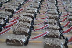 brownie no palito com tag personalizada.  Lembrança de festa com tema de carros. Conheça mais em http://www.giveagift.com.br/