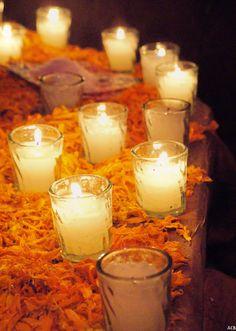 Velas y flores del día de muertos.