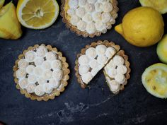 Recipe for lemon tartlets with lemon curd and meringue - Recipe for 4 quick & savory spreads – perfect for grilling [herbs / garlic / salmon / paprika fet - Lemon Recipes, Crockpot Recipes, Soup Recipes, Vegetarian Recipes, Dessert Recipes, Meringue, Lemon Tartlets, Chicken Items, Tiramisu Dessert