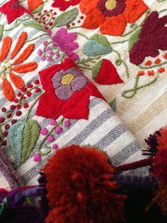 Bordados y telar de pedales hecho por mujeres Zinacantecas. Los pompones son un detalle de Chamula. Chiapas