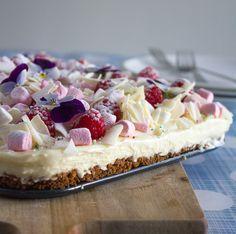 Laatst bedachten mijn nichtje Iris en ik deze gevaarlijk lekkere cheesecake. Wat is er zo gevaarlijk lekker aan? Deze cheesecake met een bodem van bastognekoekjes en een topping van Monchou, slagroom en witte chocolade is tè lekker. Dus deze white chocolate cheesecake maken is op eigen risico… We besloten de white chocolate cheesecake te maken …