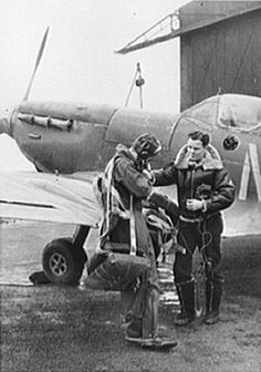 Two pilots of 307th Fighter Squadron, 31st FG, Lt E.D. Schofield and Lt R.F. Sargent in front of one of the unit's first Spitfires Mk. VC. Westhampnett, 1942.