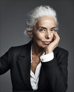 Yazemeenah Rossi aka Yasmina Rossi from Corsica, France a world famous silver hair model, an International Model, Photographer, and Social Media Influencer. Yasmina Rossi, Beautiful Old Woman, Advanced Style, Ageless Beauty, Going Gray, Looks Chic, Aging Gracefully, Grey Hair, White Hair