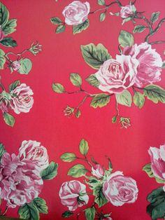 Behang, rode achtergrond met roze rozen