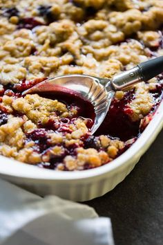You'll love this easy blackberry crumble recipe. Even if you've never baked from scratch before, you'll find this recipe to be a snap! Blackberry Pie Recipes, Blackberry Crumble, Apple Crisp Recipes, Blackberry Desserts Easy, Blackberry Dumplings, Blackberry Sangria, Blackberry Sauce, Blackberry Cheesecake, Kitchens