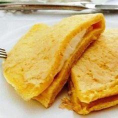 PÃO DE QUEIJOCA  A pedidos segue a receita da queijioca, que nada mais é do que um pão de queijo de frigideira saudável, low carb, proteico e delicioso! :p anotaí:  INGREDIENTES:  2 ovos (faço só de claras) 2 colheres (sopa) de goma de tapioca (quem quiser pode colocar aveia) 1 colher de queijo branco bem picadinho (uso cottage lacfree) 1 colher (chá) de chia e orégano (opcional)