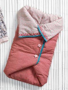 Saco de dormir: Tejidos de algodón con dos estampados diferentes, uno para el interior y el otro, exterior ancho : 110 cm longitud: 0,80 m cada uno Forro/guata , 150 cm de ancho y 0,80 m largo. Ribeteado, 2 cm de ancho y 0,60 m de largo. Bies de algodón , pre-doblado, 2 cm de ancho y 1,60 m de largo . 3 botones grandes a presión.