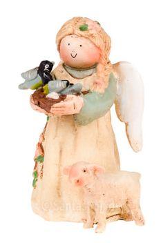 """""""Jeg er englen for april. Jeg bringer med mig glæden ved nyt liv."""" En rigtig forårsengel med fugle i favnen og et lille lam stående ved sin fod. Stemplet med det originale Annakabouke stempel. Højde: 9 cm. Materiale: Polysten. Englen leveres i æske udformet som en dagbog, der lukkes med silkebånd."""