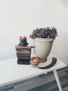 Brynxz pot met dadeltakken en houten kandelaar