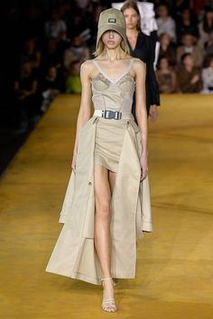 Burberry Spring 2020 Ready-to-Wear Fashion Show Collection: See the complete Burberry Spring 2020 Ready-to-Wear collection. Look 52 Fashion 2020, Runway Fashion, Spring Fashion, High Fashion, Fashion Show, Fashion Outfits, Fashion Design, Fashion Paintings, Looks Party