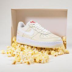 "🍿Release 09:00 uur 🍿 Wat een smaakvol schoentje, de Nike Air Force 1 '07 Premium ""Popcorn""! Een sneaker met vele toffe details die herleiden naar popcorn. Air Force 1, Nike Air Force, Popcorn, Air Force Sneakers, Sneakers Nike, Footwear, Shoes, Fashion, Nike Tennis"
