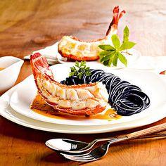 Languste mit Safransauce und schwarzen Spaghetti
