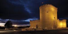 CASTLES OF SPAIN - Castillo de Arévalo, o  de los Zúñiga, Ávila. Reconstruido a mediado del siglo XV por Álvaro de Zúñiga, duque de Béjar. Hospedó a personajes como la esposa de Pedro I de Castilla, la reina Blanca, enclaustrada por el repudio que padeció de aquel. Tras la muerte de Juan II de Castilla se recluyó en la fortaleza a Isabel de Portugal, enloquecida, madre de Isabel la Católica, en el siglo XVI, también, Felipe Guillermo de Orange-Nassau, en calidad de rehen.