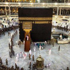 The Kaaba in the Holy Sanctuary, Mekkah, Saudi Arabia Islamic Images, Islamic Pictures, Islamic Art, Mecca Madinah, Mecca Masjid, Cultural Architecture, Islamic Architecture, Masjid Haram, Mecca Wallpaper