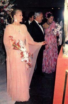 Grace Rainier et Caroline jeune mariée à Philippe Junot. Bal de la croix rouge 1979